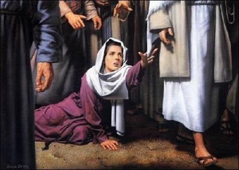 """34 Mas ele lhe disse: """"Filha, a tua fé te salvou. Vai em paz e sê curada do teu mal""""."""